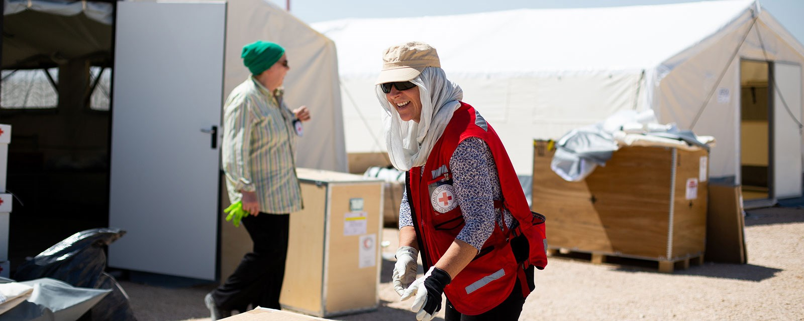 Female ICRC delegate working under burning sun preparing the newly arrived fieldhostpital