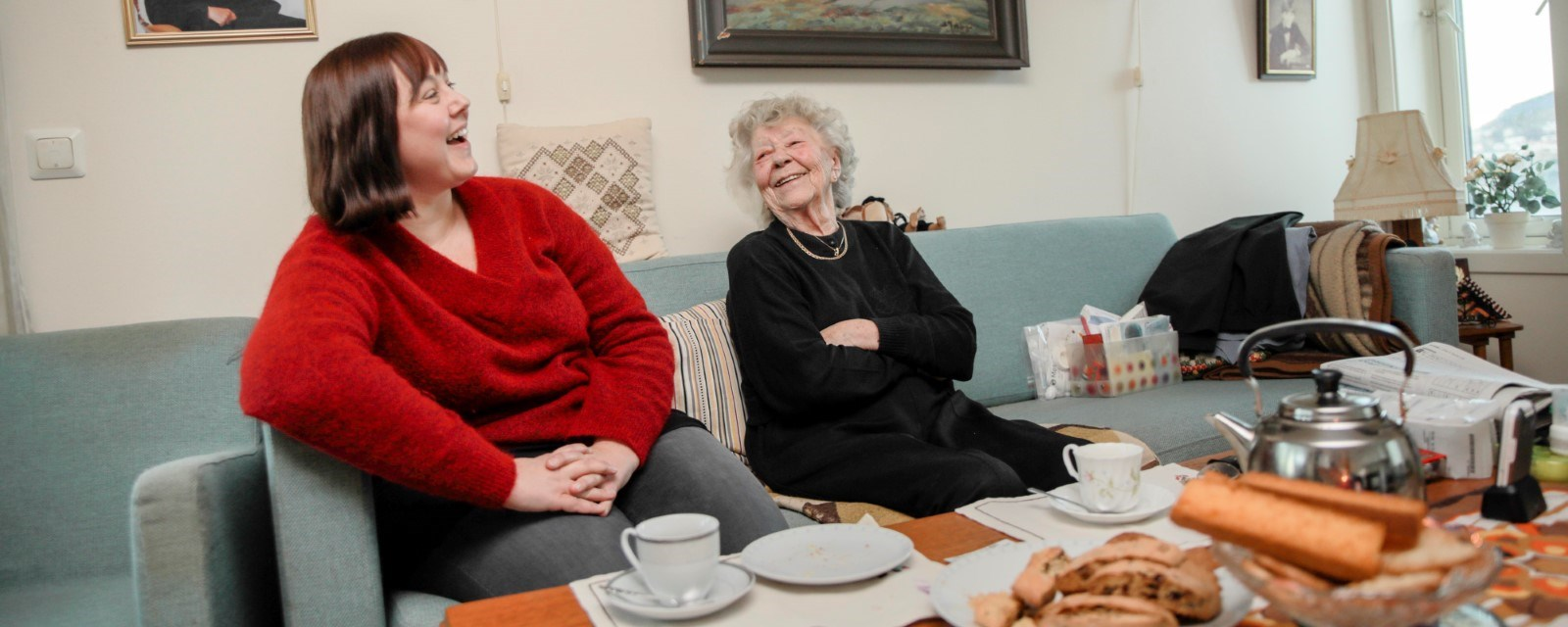 4003738a Bildet viser en besøksvenn fra Røde Kors og en eldre dame. De flirer begge  to