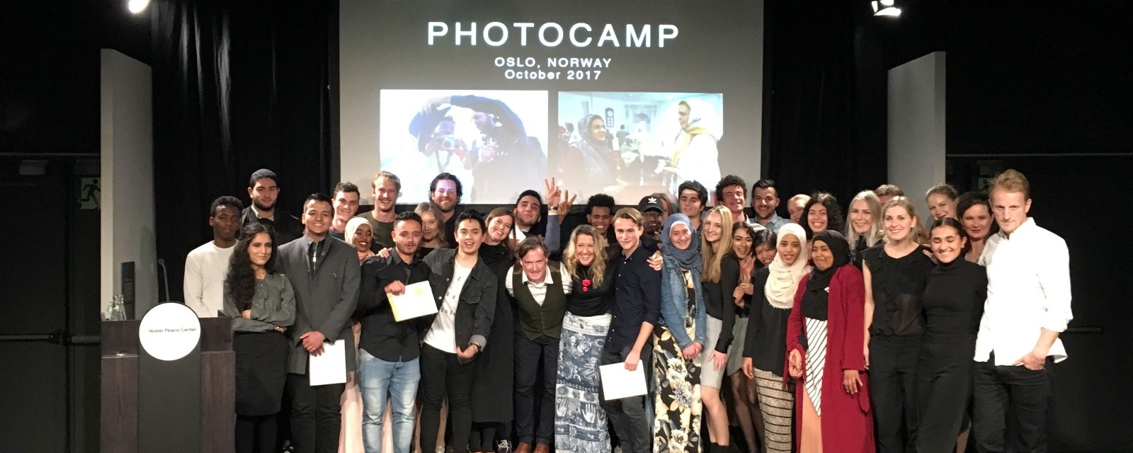 National Geographic Photo Camp-studentene poserer på presentasjon hos Nobels fredssenter